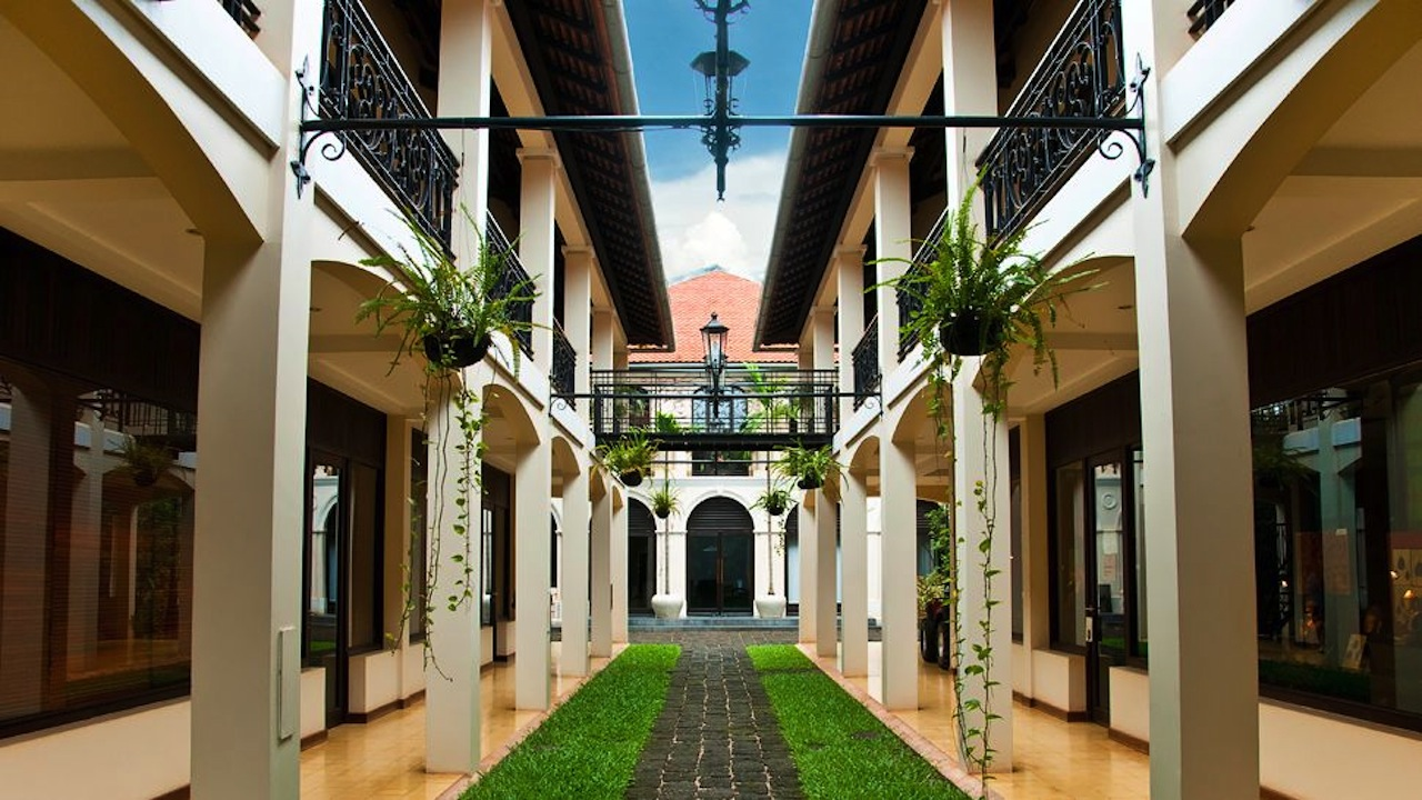 Heritage Suites Hotel - Home pathway